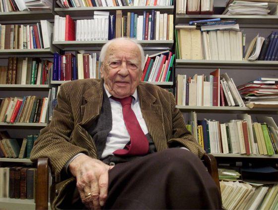 El filósofo alemán Hans Georg Gadamer en su despacho de la Universidad de Heidelberg (Alemania), en 2002.