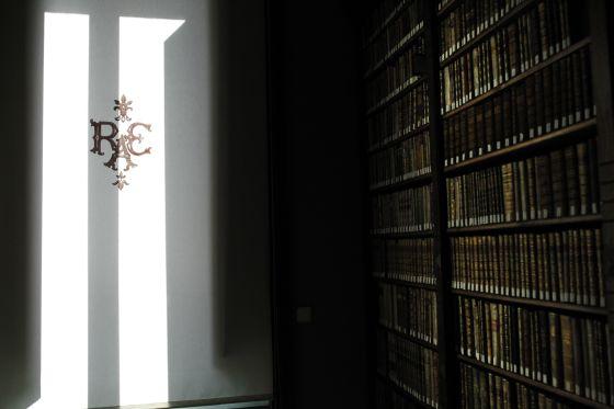 Juegos de luces y sombras en la biblioteca de la Real Academia Española.