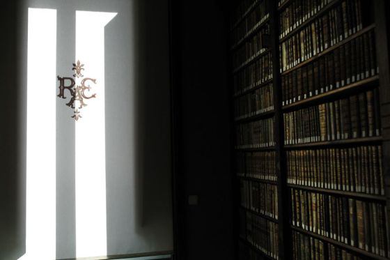 Una imagen de la biblioteca de la Real Academia Española.