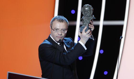 El director Daniel Monzón con el Goya al mejor director por su película 'Celda 211'