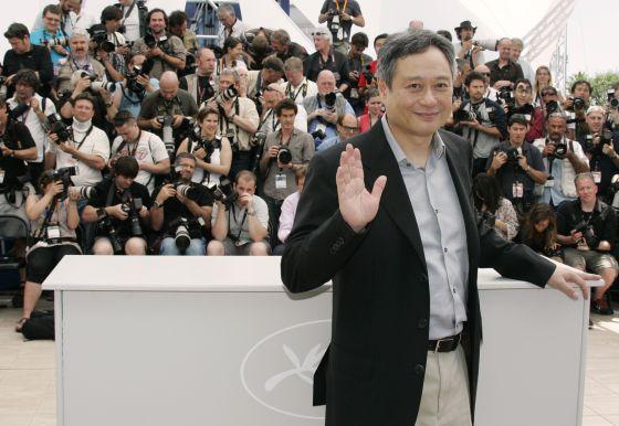 El director Ang Lee posa para los fotógrafos a su llegada el Festival de Cine de Cannes, en 2009.