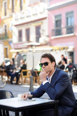 El actor neozelandés Marton Csokas da vida al detective Javier Falcón