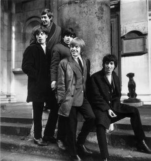 La formación de The Rolling Stones en 1964; Brian Jones es el segundo por la derecha.
