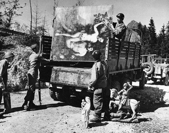 Soldados aliados recuperan obras de arte robadas y escondidas por Hermann Goering en una cueva de los Alpes bávaros en 1945. / ASSOCIATED PRESS