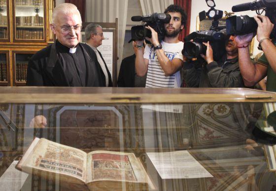 José María Díaz, deán de la catedral de Santiago, ante una réplica del Códice Calixtino. / ANXO IGLESIA