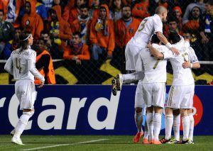 Los jugadores del Real Madrid celebran el gol de Benzema.