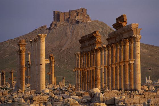 Ruinas de la ciudad romana de Palmira (Siria), con el castillo árabe al fondo / Corbis