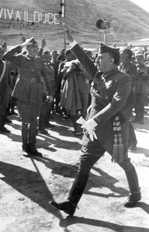 Franco pasa revista en Logroño, en 1938, a fuerzas legionarias italianas.