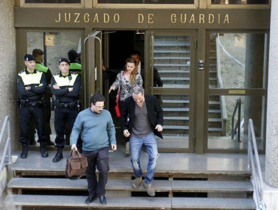 El actor Willy Toledo, con americana negra, sale de los juzgados de Plaza de Castilla