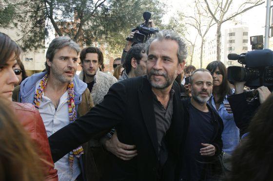 El actor Guillermo Toledo, recibido por compañeros de profesión el pasado 30 de marzo a la salida de los juzgados.