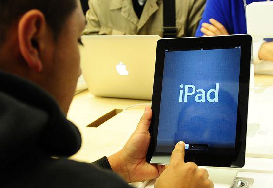 Un cliente inspecciona un iPad en una tienda Apple de Nueva York.