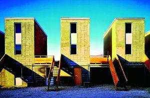 Conjunto de viviendas sociales realizadas por Alejandro Aravena en Iquique (Chile), que refleja su concepto de crear armonía y comunidad a partir de la escasez