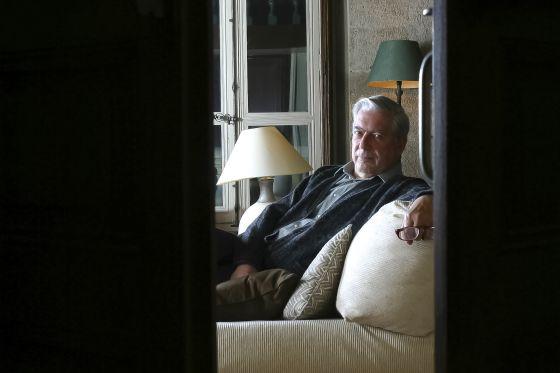 Mario Vargas Llosa en su casa de París en 2003.