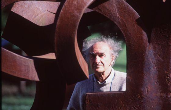Eduardo Chillida junto a una de sus obras expuestas en su museo Chillida- Leku, en Zabalaga (Hernani).