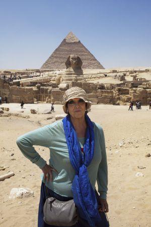 Maruja Torres, ante la pirámide de Giza.