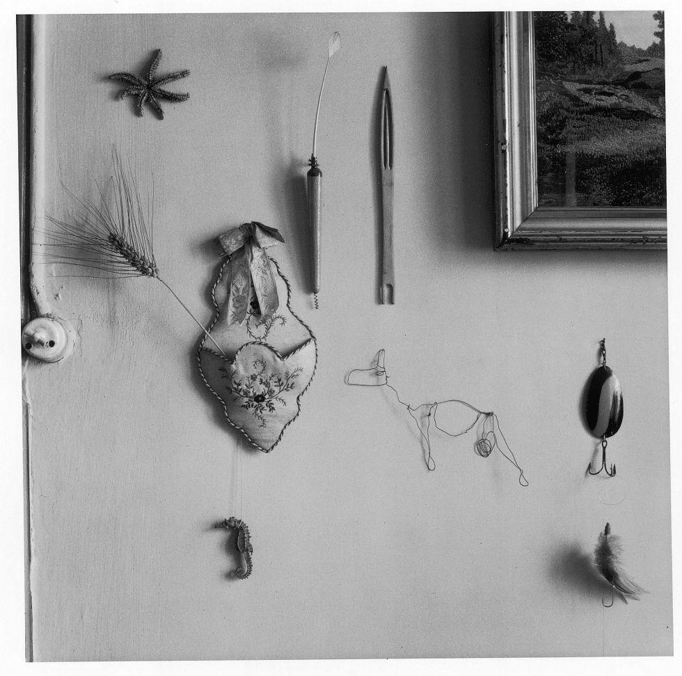 Objetos en una pared, 1940 1950.
