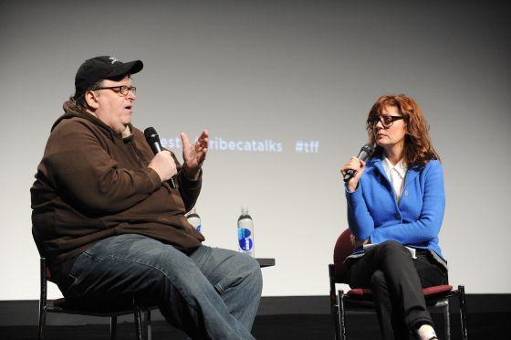 El director Michael Moore y la actriz Susan Sarandon en una charla.