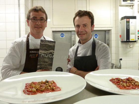 Andoni Luis Aduriz y Nacho Manzano y una reproducción de 'Mugaritz. A Natural Science of Cooking'