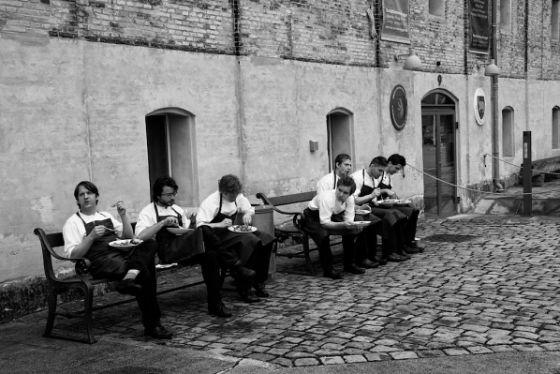 El equipo del Noma, tres veces el mejor del mundo, a las puertas del restaurante en Copenhague, Dinamarca