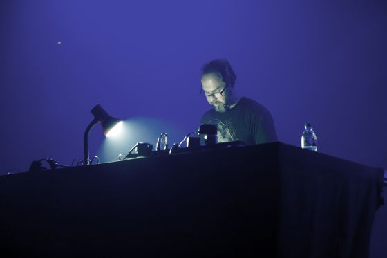 El músico finlandés Mika Vainio durante su concierto en el Festival L.E.V de Gijón