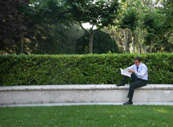El expresidente del Gobierno José Luis Rodríguez Zapatero, leyendo en los jardines de La Moncloa.
