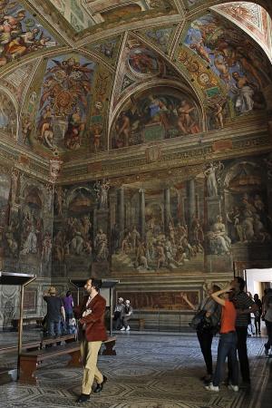 Una de las cuatro Estancias pintadas por Rafael en sus últimos años, que se encuentran en el Palacio Apostólico del Vaticano / Kote Rodrigo (EFE)