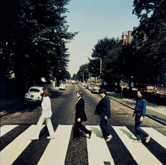 Fotografía de Los Beatles caminando al revés, en subasta