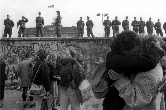 Jóvenes besándose ante el Muro de Berlín