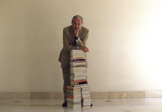 El escritor Carlos Fuentes durante la presentación en Madrid de su libro 'En esto creo', en 2002.