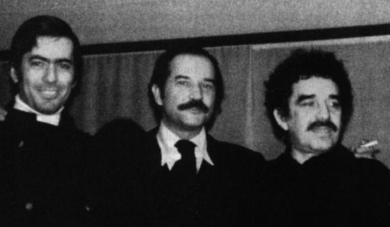 El escritor mexicano Carlos Fuentes, en el centro de la imagen, junto al peruano Mario Vargas Llosa y el colombiano Gabriel García Márzquez., en un acto sin fechar.
