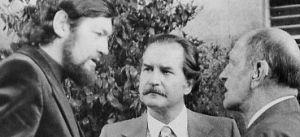 El director de cine Luis Buñuel (derecha), junto a los escritores Julio Cortázar (izquierda) y Carlos Fuentes, en México.