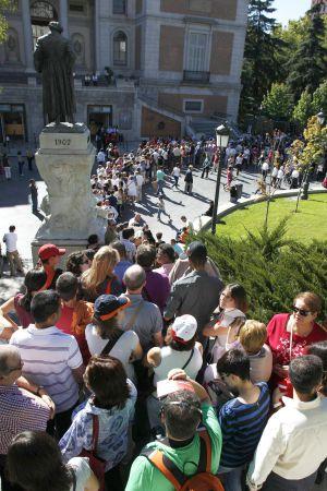 Colas a las puertas del Prado, una de las instituciones que mejor maneja las armas del mecenazgo.