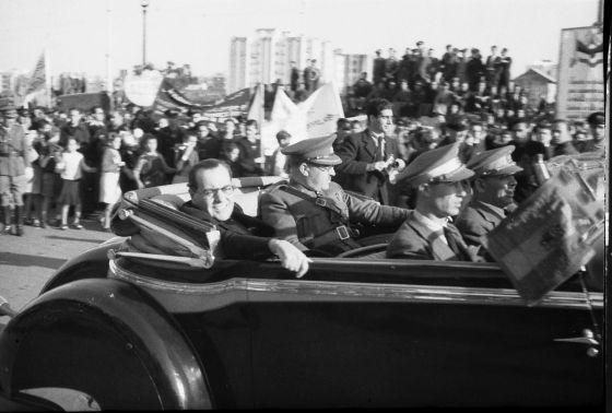 Juan Negrín y el general Vicente Rojo. Al fondo, Robert Capa, fotografiados por Agustí Centelles.