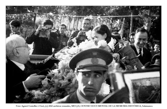 El presidente Azaña y, al fondo, Robert Capa, fotografiados por Agustí Centelles.