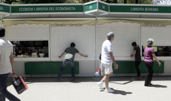 Aspecto, ayer al mediodía, de las casetas de la Feria del Libro de Madrid.