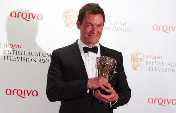 Dominic West posa con el premio Bafta que ha conseguido por su trabajo en 'Appropiate adult'