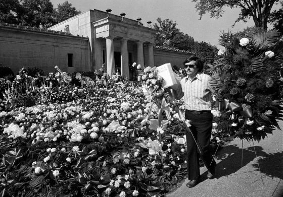 Flores frente al mausoleo de Elvis en Memphis (Tennessee)