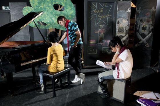 Un grupo de estudiantes practica música