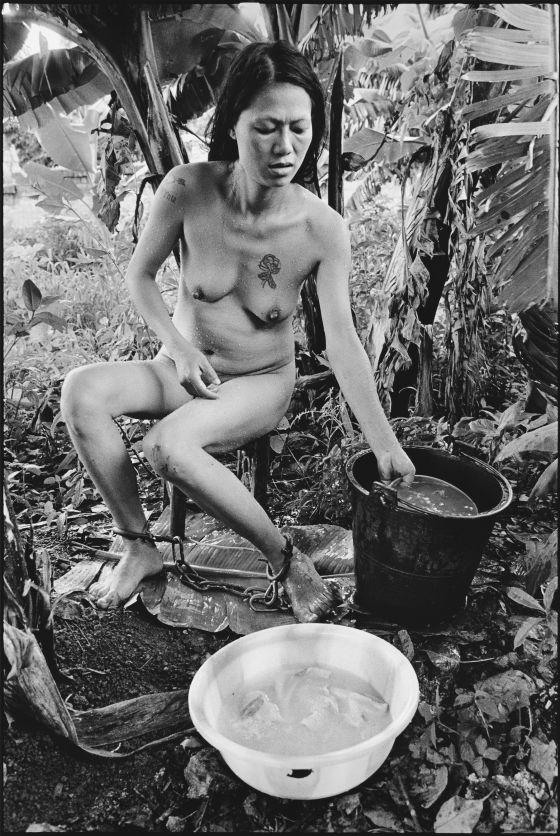 Prisionera bañandose, Myanmar, 2006, de Lu Nan.
