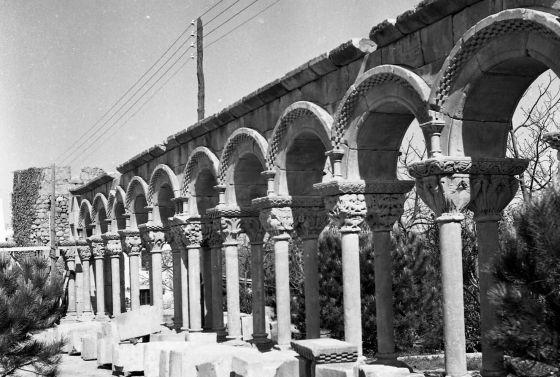 Montaje del claustro románico en la finca Mas del Vent, en 1959.
