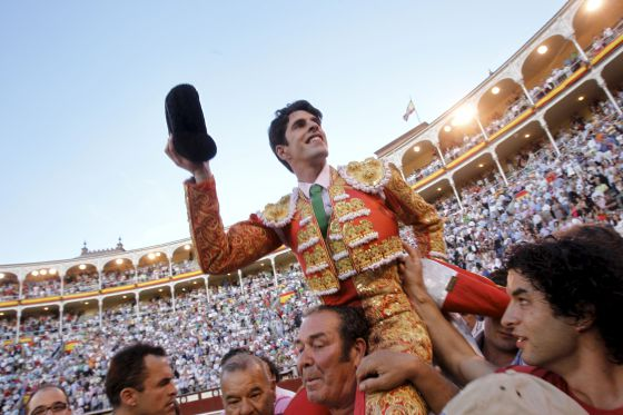 Talavante sale a hombros de la Plaza de las Ventas tras cortar una oreja a cada uno de sus toros.