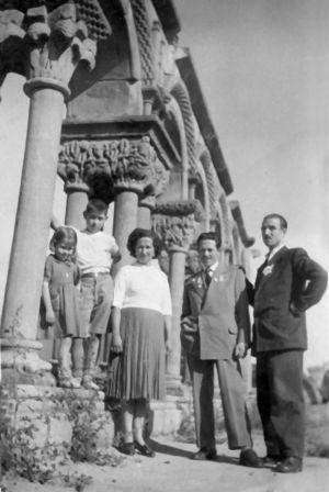 Madrid, años cincuenta: Patrocinio y sus hijos Marisa, Julio y Juan Manuel Ortiz (desde la izquierda) posan ante el claustro para un retrato familiar con Vicente, un amigo de este último.