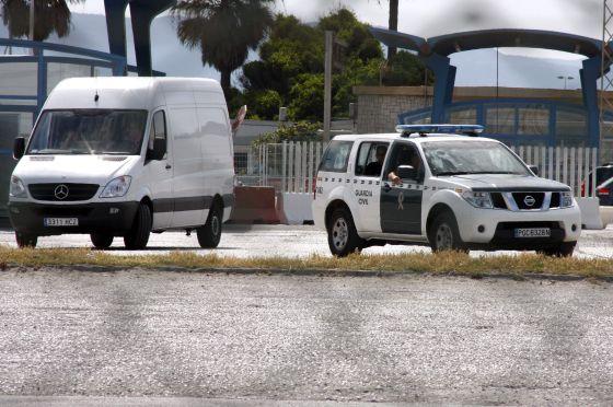 Un vehículo de la Guardia Civil escolta el furgón que lleva parte del tesoro extraído por la empresa estadounidense Odyssey, en La Línea (Cádiz).