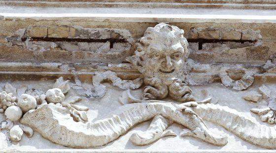 El friso de la Fontana di Trevi del que el sábado se cayeron varios trozos de estuco.