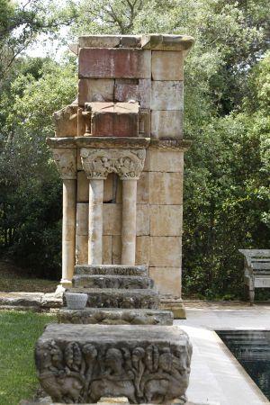 Detalle de unas columnas y sus capiteles del claustro de Palamós. / MARCEL·LÍ SAÈNZ