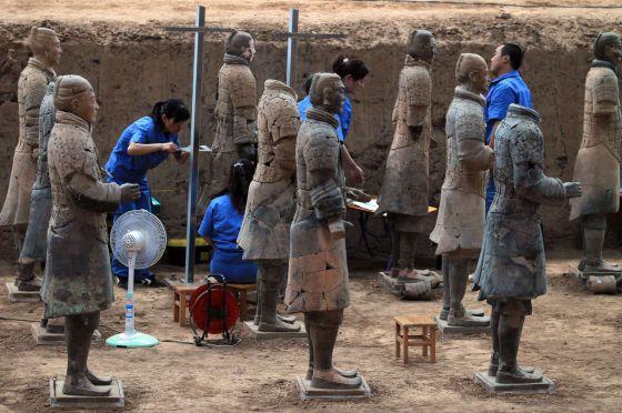 Parte de las nuevas esculturas halladas en el mausoleo del primer emperador chino.