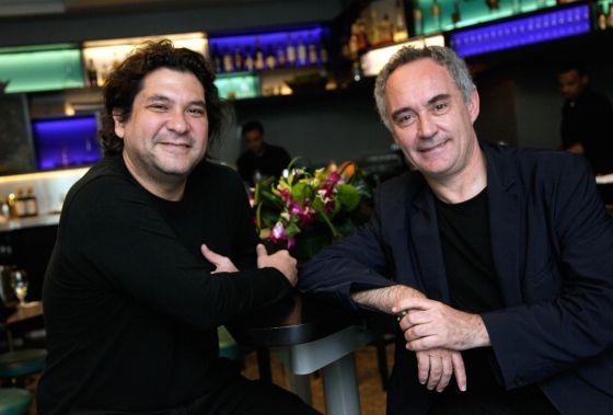 Los cocineros Gastón Acurio (izquierda) y Ferran Adrià, en Nueva York el lunes.