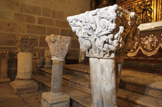 Capiteles del desaparecido monasterio de San Pedro de Gumiel de Izn (Burgos), conservados en una iglesia parroquial de la localidad. / CRISTBAL MANUEL