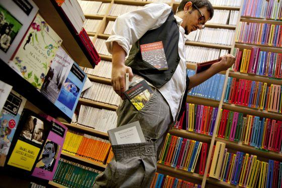 Sección de libros en formato de bolsillo de la librería Antonio Machado, en Madrid.
