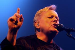 """El cantante de la banda británica """"New Order"""", Bernard Sumner."""